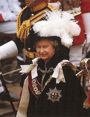 Елизавета II в парадном одеянии рыцаря ордена Подвязки