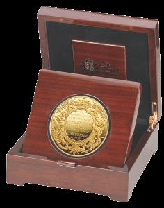 Золотая монета 5 фунтов в честь крещения наследника британского престола, в футляре